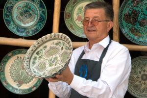 keramikmeister_mit_seinen_werken-300x200